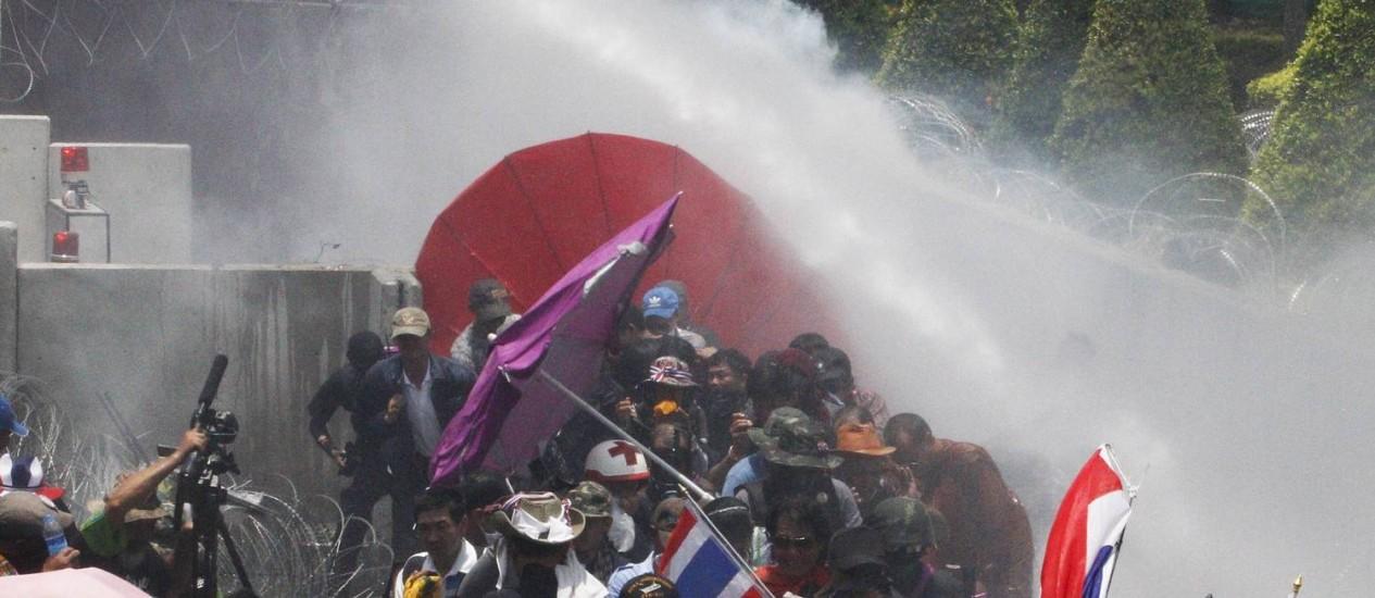 Polícia lança gás lacrimogêneo e jato de água contra os manifestantes antigoverno no norte de Bangcoc Foto: KEREK WONGSA / REUTERS