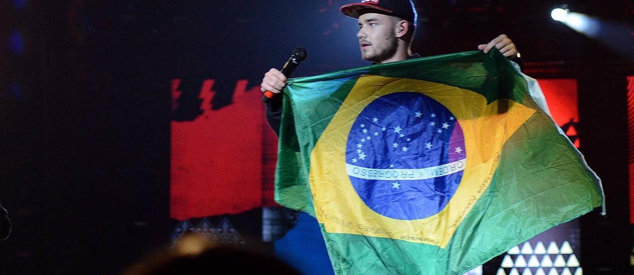 Liam Payne, do One Direction, segura bandeira do Brasil Foto: Lucas Tavares / Agência O Globo