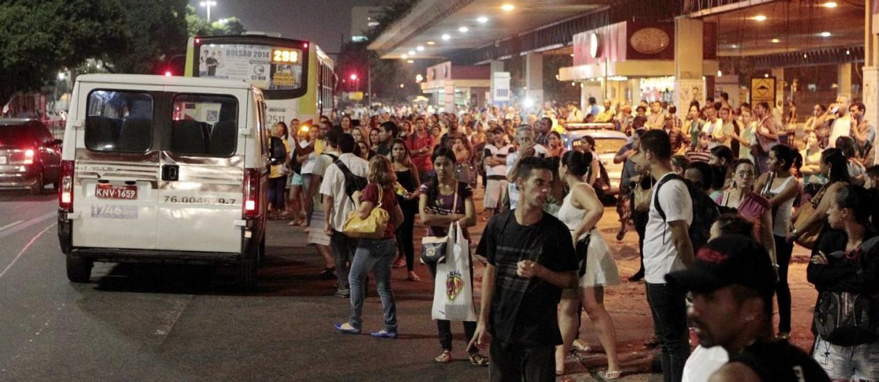 Greve de ônibus prejudicou trabalhadores na ida para o trabalho e na volta para casa nesta quinta-feira Foto: Marcelo Piu / Agência O Globo