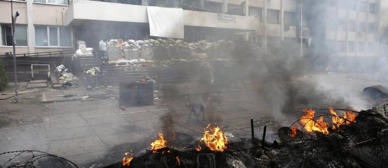 Barricadas queimam em frente à sede da polícia na cidade portuária de Mariupol Foto: MARKO DJURICA / REUTERS