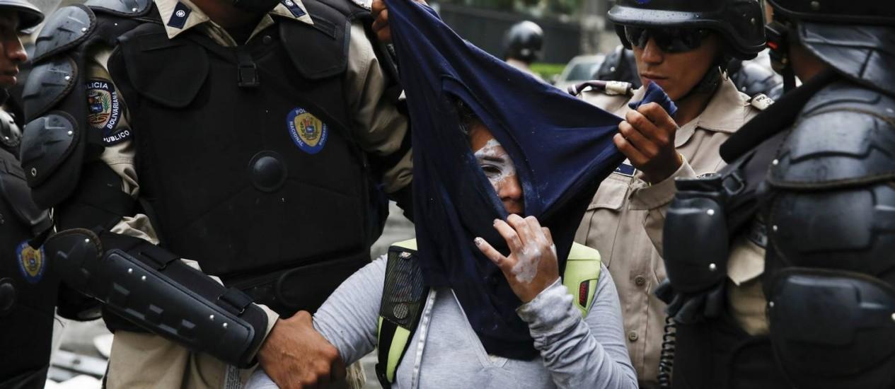 Polícia Nacional da Venezuela detém manifestante durante protesto contra o governo do presidente Nicolas Maduro, em Caracas Foto: Carlos Garcia Rawlins / REUTERS