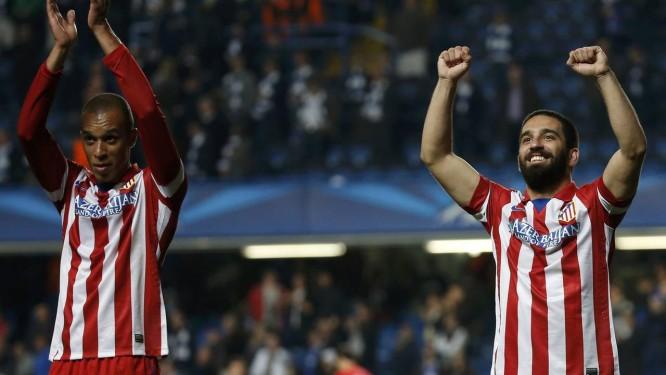 Miranda e Arda Turan: Atlético de Madrid está perto de ser campeão espanhol, mas não pode relaxar nas duas rodadas finais Foto: SERGIO PEREZ / REUTERS