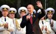 """O presidente russo, Vladimir Putin, discursa durante sua visita ao Porto de Sebastopol, na Crimeia. A viagem à península, recentemente anexada à Rússia, foi considerada uma """"violação da soberania da Ucrânia, pelo governo em Kiev"""