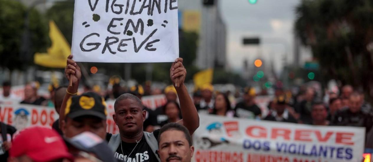 Vigilantes em greve fazem passeata na Avenida Presidente Vargas Foto: Pedro kirilos / Agência O Globo
