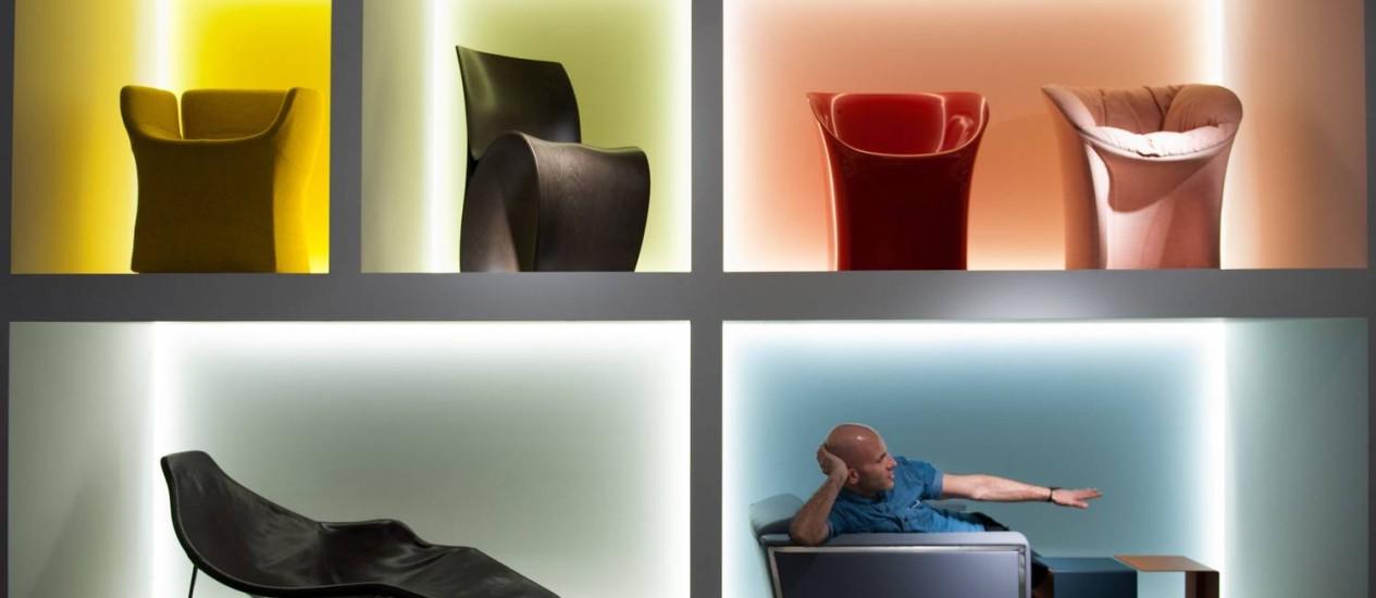 O arquiteto Rafael Cárdenas na parede onde sofás de geometria ousada são destacados por uma luz especial Foto: NYT
