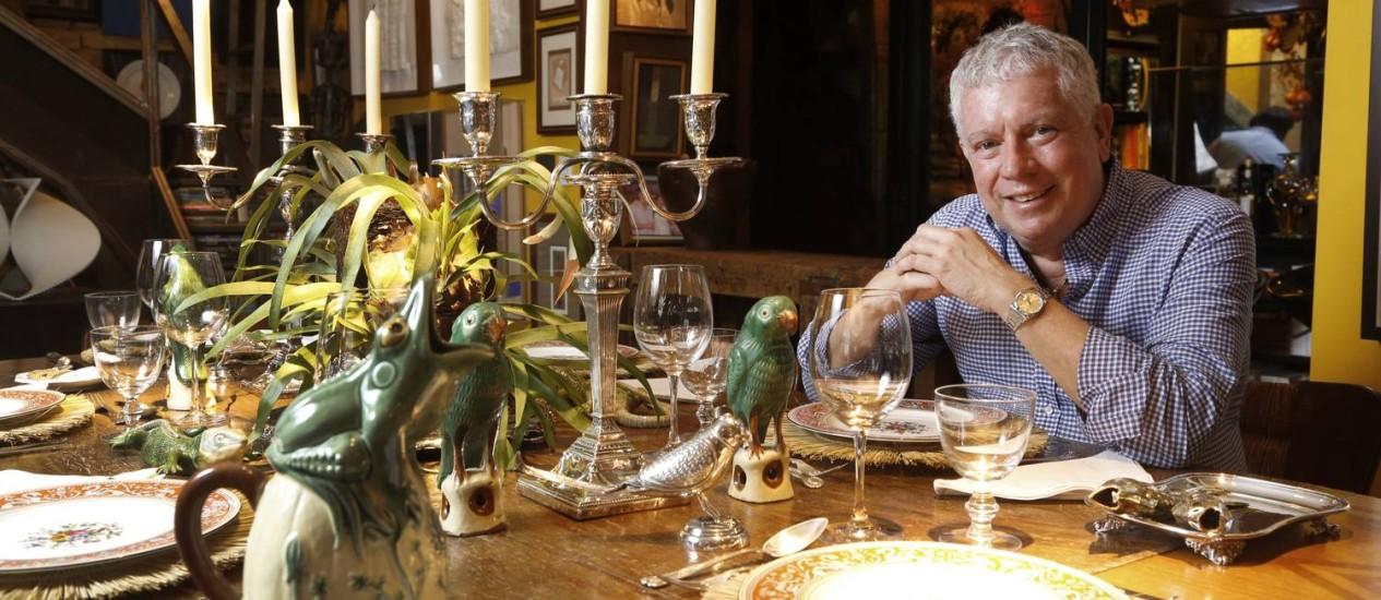 O arquiteto Chicô Gouvêa com os pratos e talheres ingleses que sua mãe lhe deu Foto: Agência O Globo