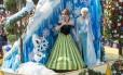 Personagens no tradicional desfile diário da Disney.