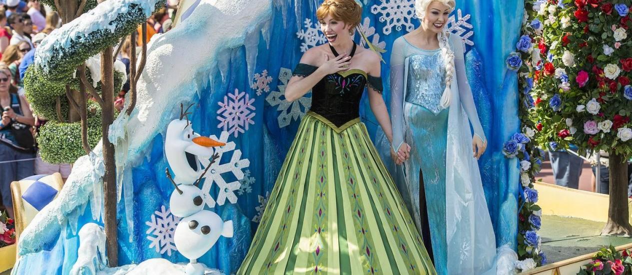 Personagens no tradicional desfile diário da Disney. Foto: Matt Stroshane / Divulgação