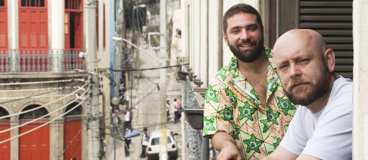 Na sacada. O idealizador Raphael Vidal (de camisa florida) e o historiador e 'cambono' Luiz Antônio Simas: conversas em botequins Foto: Leo Martins
