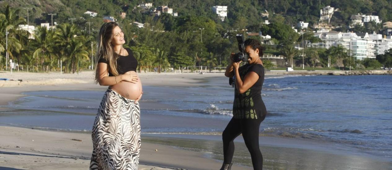 Melhor ângulo. Luciana Carneiro registra a grávida Bruna, em São Francisco Foto: Eduardo Naddar