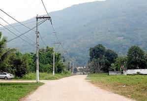 Rua no Cafubá que está na rota de ligação com Charitas e, ao fundo, o morro por onde passará o túnel previsto na Transoceânica Foto: Gustavo Stephan