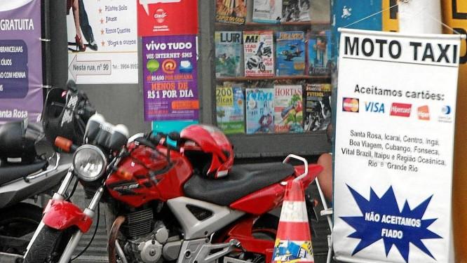 Ponto de mototáxi na esquina das ruas Doutor Paulo César e Itaperuna, no Pé Pequeno, aceita pagamento em cartão Foto: Pedro Teixeira