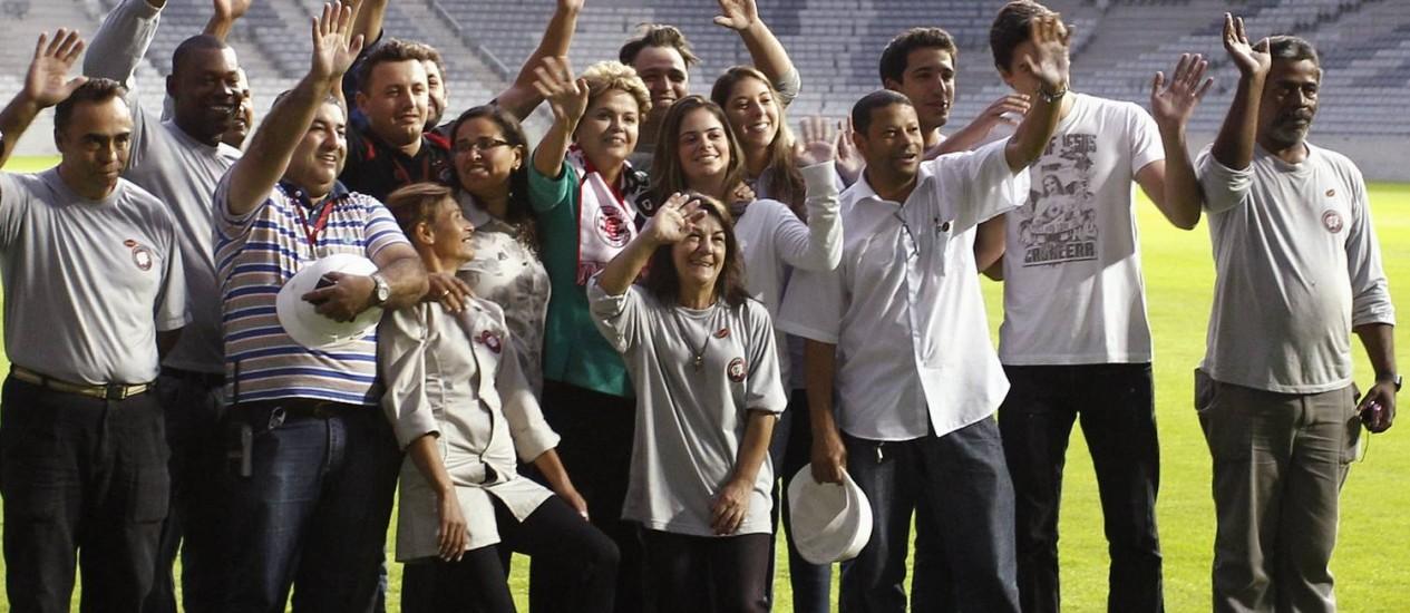 Dilma Rousseff posa ao lado de operários da Arena da Baixada Foto: STRINGER/BRAZIL / REUTERS
