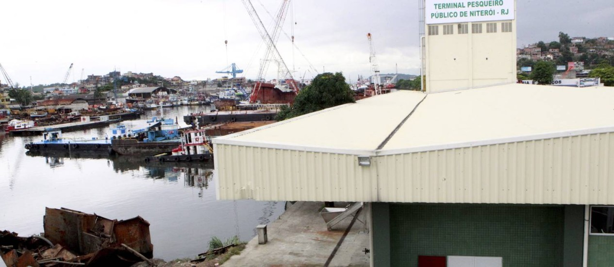 Funcionamento de Terminal Pesqueiro depende da remoção de carcaças de embarcações abandonadas Foto: Marcelo Piu / Agência O Globo