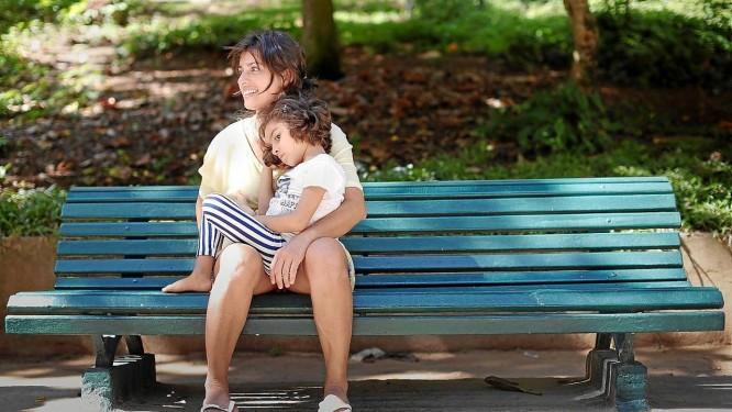 Crises. Convulsões fazem parte da rotina da pequena Sofia, que sofre de CDKL5. Sua mãe, Margarete, luta pela liberação do canabidiol Foto: Simone Marinho