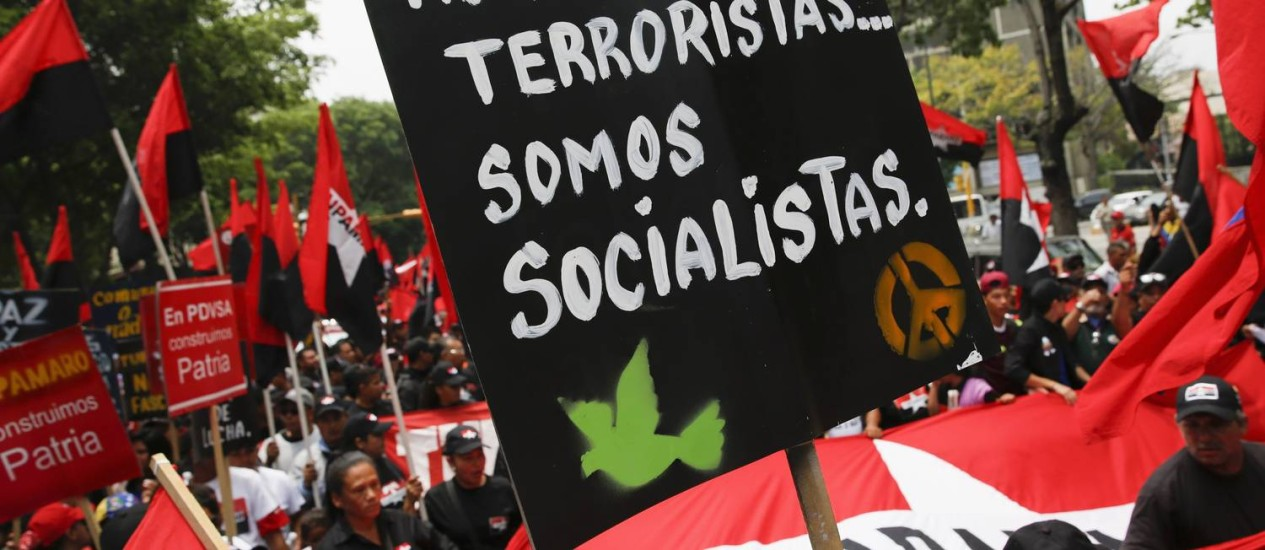"""Membros do Movemento Tupamaro em demonstração de apoio a Nicolás Maduro: """"Não somos terroristas, somos socialistas"""" Foto: Carlos Garcia Rawlins / REUTERS"""