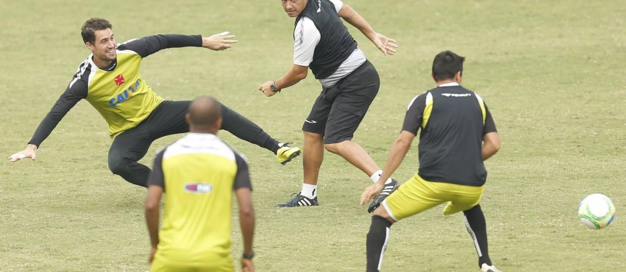 O goleiro Martín Silva e o técnico Adilson Batista se divertem no treino do Vasco Foto: Alexandre Cassiano / Agência O Globo