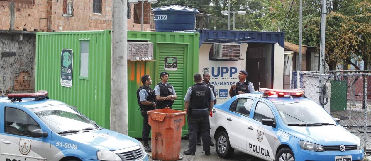 Policiais da UPP de Manguinhos: estudo mostra que segurança melhorou de 2009 para 2013 Foto: Pablo Jacob / Agência O Globo (23/03/2014)