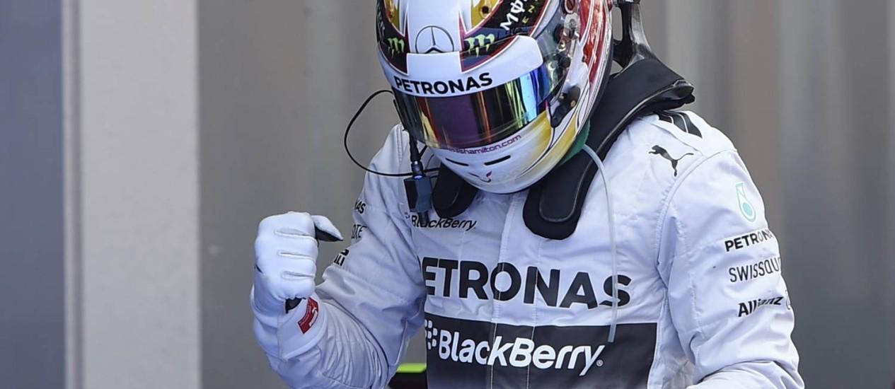 Lewis Hamilton comemora pole position inédita no GP de Barcelona. Foto de Lluis Gene/AFP