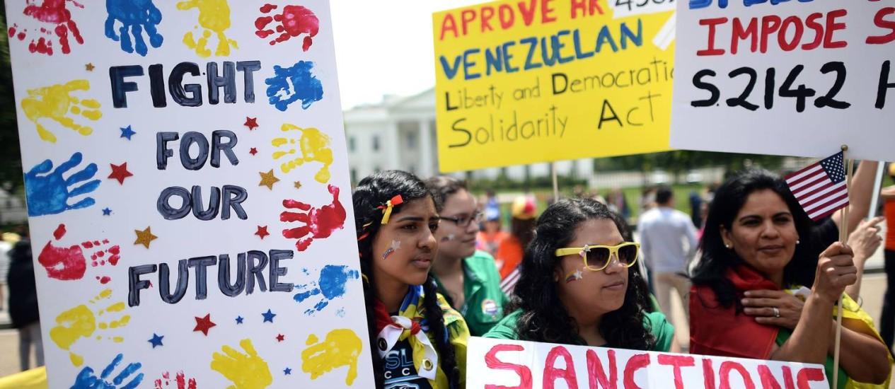 Americanos protestam contra detenções em frente à Casa Branca, em Washington, na sexta-feira Foto: JEWEL SAMAD / AFP