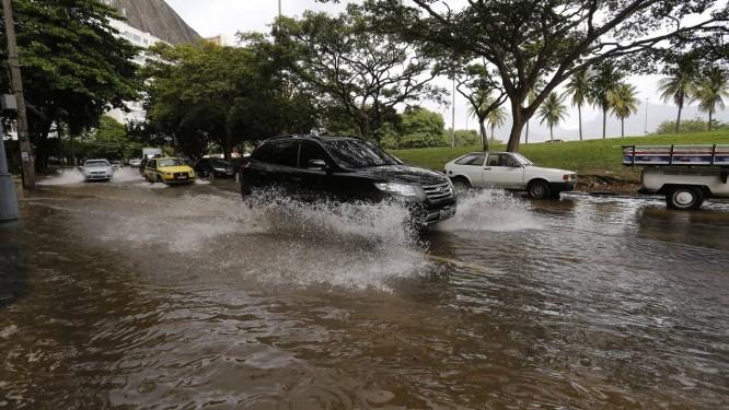 Tubulação da Cedae estoura e alaga a Rua Gastão Baiana, na Lagoa Foto: Pablo Jacob / Agência O Globo
