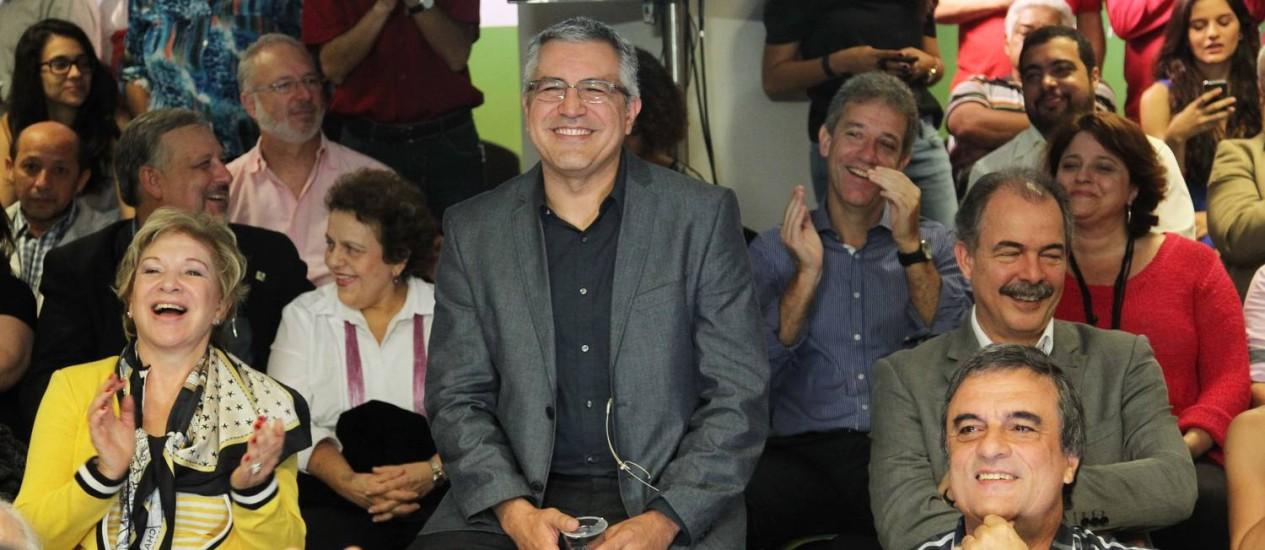 Padilha, entre ministros do governo Dilma, em evento que anunciou criação de grupos de trabalho em sua pré-campanha Foto: Fernando Donasci / Agência O Globo