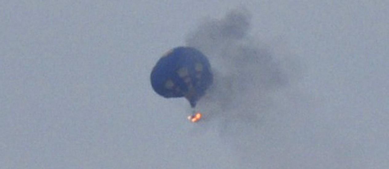 Balão em chamas, no estado de Virgínia, após atingir uma linha de energia na sexta-feira. Foto: Lynn Shultz/ Reuters