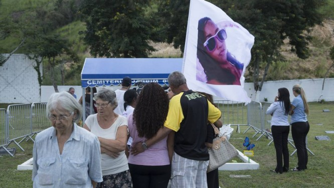 Familiares e amigos prestam homenagem aos estudantes vítimas da tragédia no Realengo Foto: Leo Martins / Agência O Globo