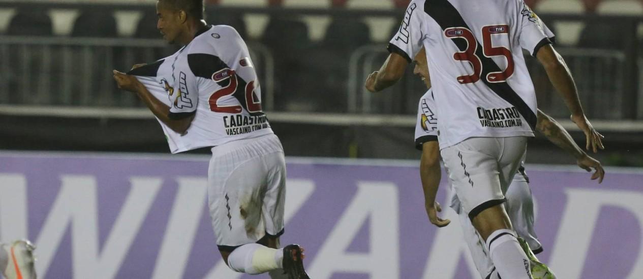 Rafael Silva (22), ex-Ituano, comemora o gol que marcou na sua estreia no Vasco, o primeiro da vitória por 2 a 0 sobre o Oeste Foto: MARCELO REGUA / Agência O Globo
