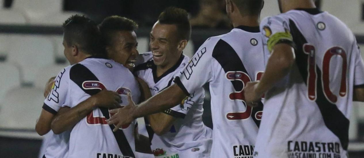 A festa dos jogadores do Vasco contra o Oeste: 2 a 0 e lugar no G-4 da Série B Foto: MARCELO REGUA / Agência O Globo
