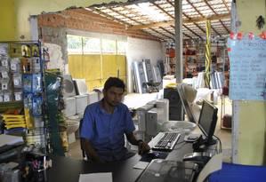 Inácio Tales, proprietário de uma loja de construção, amarga prejuízos com a paralisação da obra Foto: Chico de Gois / Agência O Globo