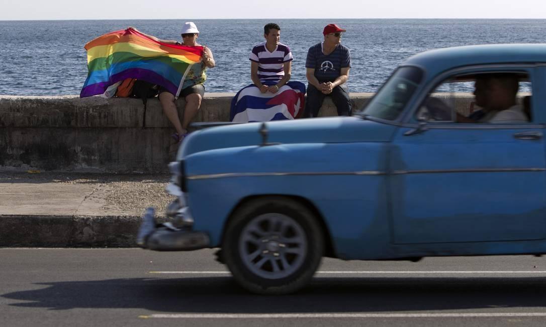 Ativista levanta a bandeira arco-íris em Havana Foto: Franklin Reyes / AP