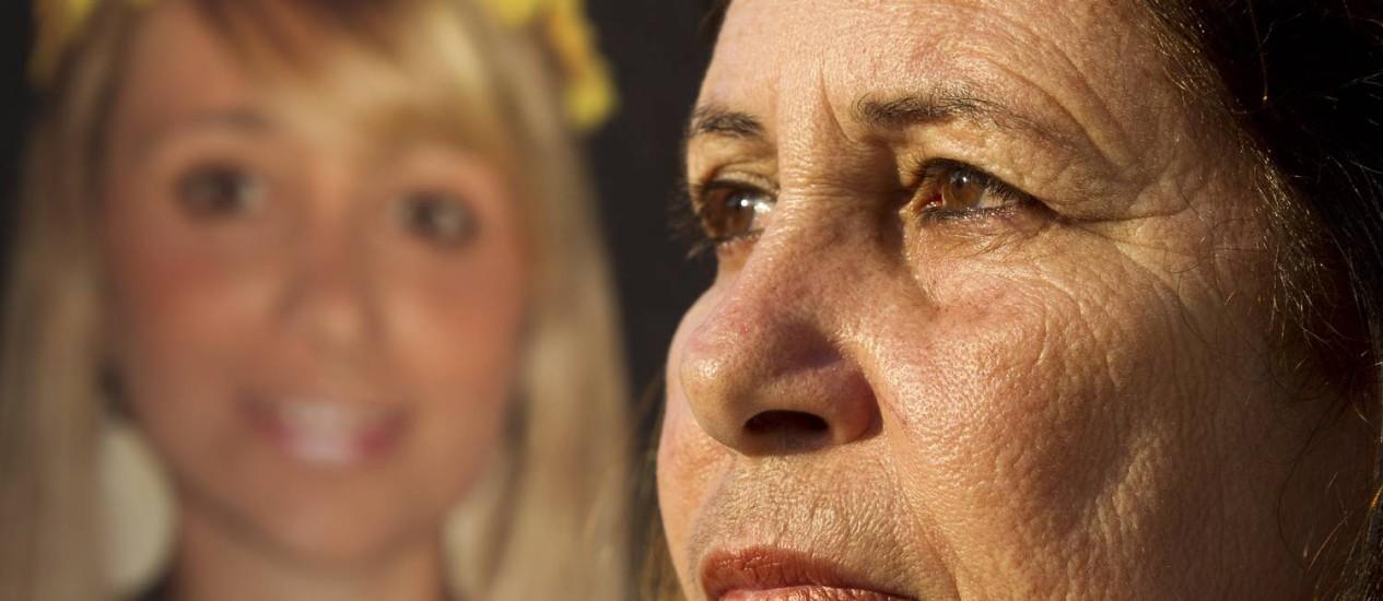 Tânia Franco com foto da engenheira Patrícia Amieiro: após 6 anos, família ainda luta por prisão de envolvidos. Foto: Márcia Foletto / Agência O Globo