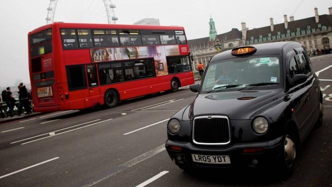 Um tradicional táxi londrino: motoristas protestam contra aplicativo de companhia que não obriga retorno à base Foto: ANDREW COWIE / AFP/2012