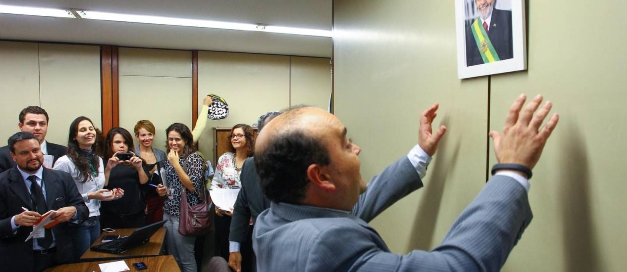 Santana, do PR, coloca retrato do ex-presidente Lula na parede Foto: André Coelho/28-4-2014