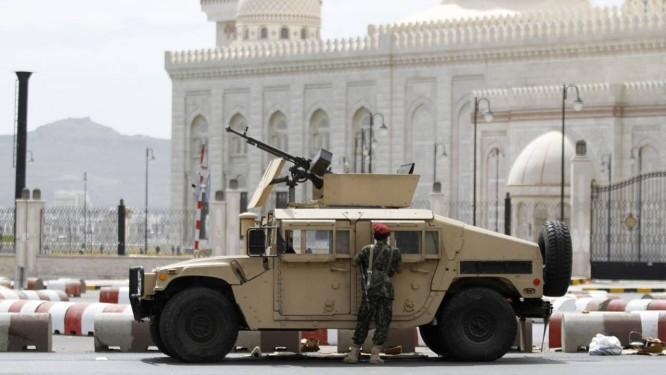 Soldados reforçam segurança palácio presidencial no Iêmen Foto: MOHAMED AL-SAYAGHI / REUTERS
