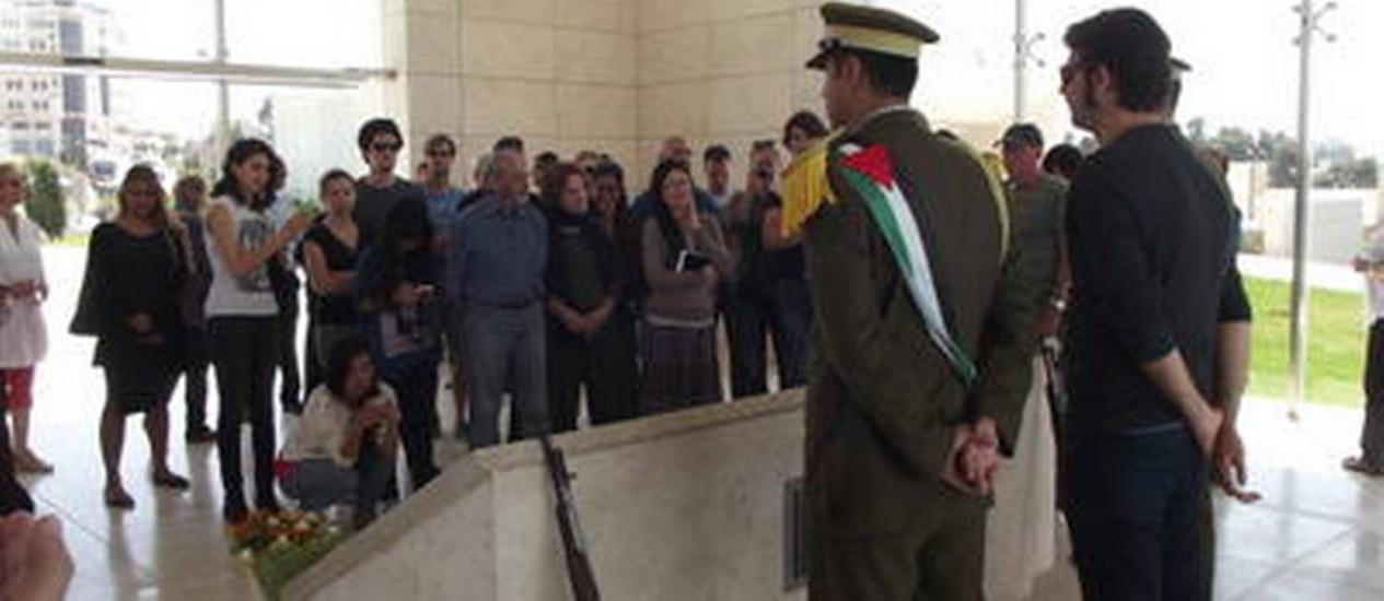 Ponto turístico. Visitantes palestinos no funeral de Yasser Arafat Foto: Daniela Kresch