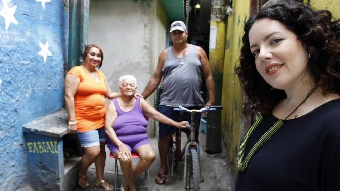 Hilaine e seus vizinhos do Beco da Eunice, na Barreira do Vasco - Foto: Gustavo Miranda / Agência O Globo