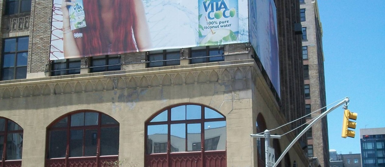 COCO POP. A cantora Rihanna, que aparece em outdoor em Nova York, foi o rosto da Vita Coco em 2011 e 2012 Foto: Divulgação / Divulgação