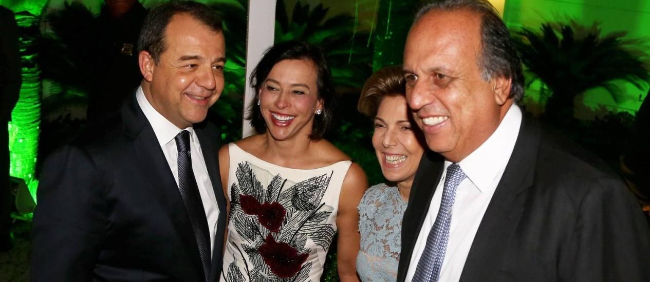 Cabral e Pezão se encontram ao chegar para o casamento do presidente do PMDB do Rio, Jorge Picciani Foto: Carlos Ivan / Agência O Globo