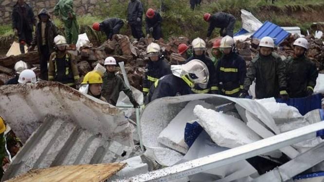 Bombeiros buscam vítimas em escombros de desabamento de terra em Qingdao, na China Foto: Reuters