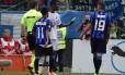 Constant, do Milan, pega a banana arremessada contra ele para entregar ao árbitro do jogo contra o Atalanta: mais um caso de racismo no futebol europeu, agora na Itália
