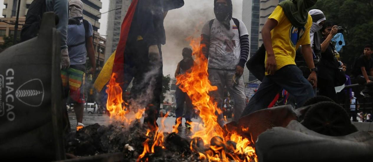 Grupo de manifestantes bloqueia uma avenida depois de uma manifestação em Caracas Foto: JORGE SILVA / REUTERS