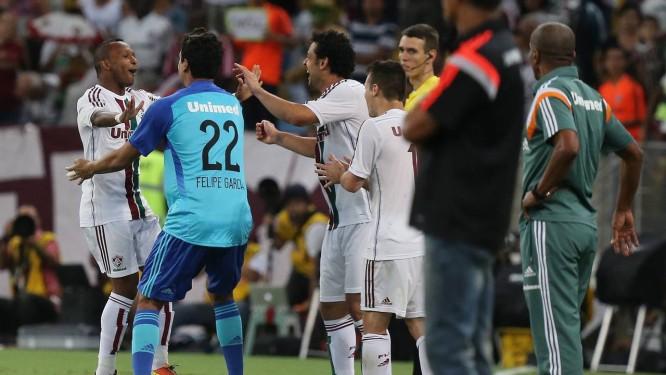 Chiquinho comemora com Fred e reservas o segundo gol do Fluminense Foto: MARCELO REGUA / Agência O Globo