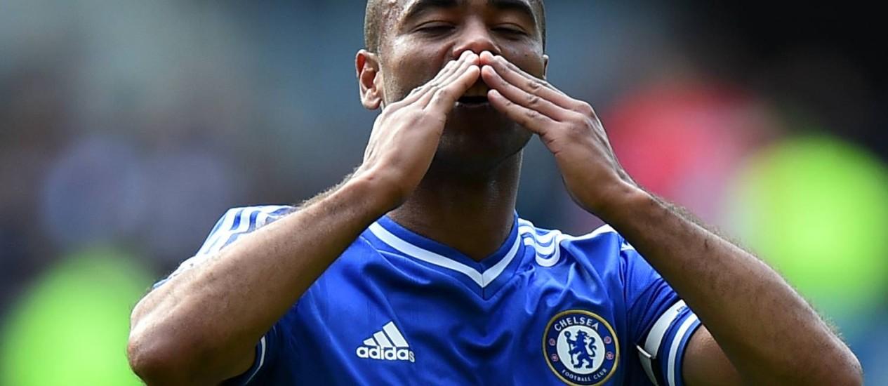 Ashley Cole manda beijos para a torcida do Chelsea na partida contra o Cardiff City Foto: BEN STANSALL / AFP