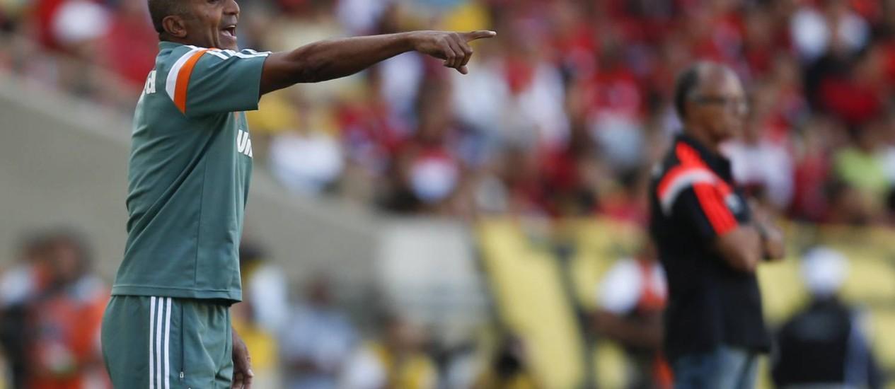 Cristóvão Borges orienta o Fluminense na vitória sobre o Flamengo Foto: Alexandre Cassiano / Agência O Globo