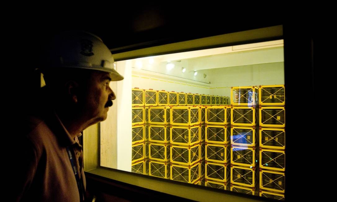 Funcionário da Eletrobras observa o depósito 2B, que estará plenamente ocupado em 2018: Foto: Márcia Foletto / Márcia Foletto