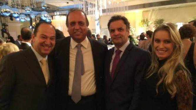 Aécio Neves posa com Pastor Everaldo (PSC), Pezão (PMDB), e sua mulher, Letícia, no casamento de Picciani, onde tentou fazer aliados Foto: Divulgação
