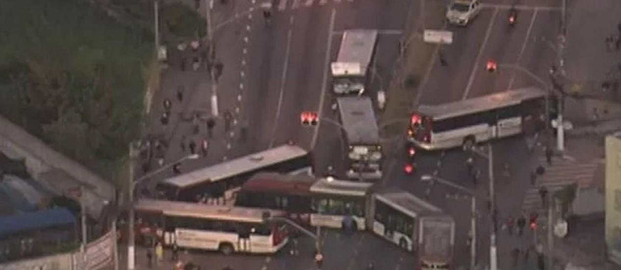 Motoristas em greve usaram ônibus para bloquear avenidas na Zona Sul de SP Foto: Reprodução/TV Globo