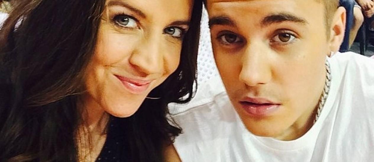 Justin Bieber com a mãe, Pattie Mallette, em jogo da NBA no Dia das Mães Foto: Reprodução